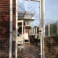 Stalen terrasdeur met gelaagd glas.